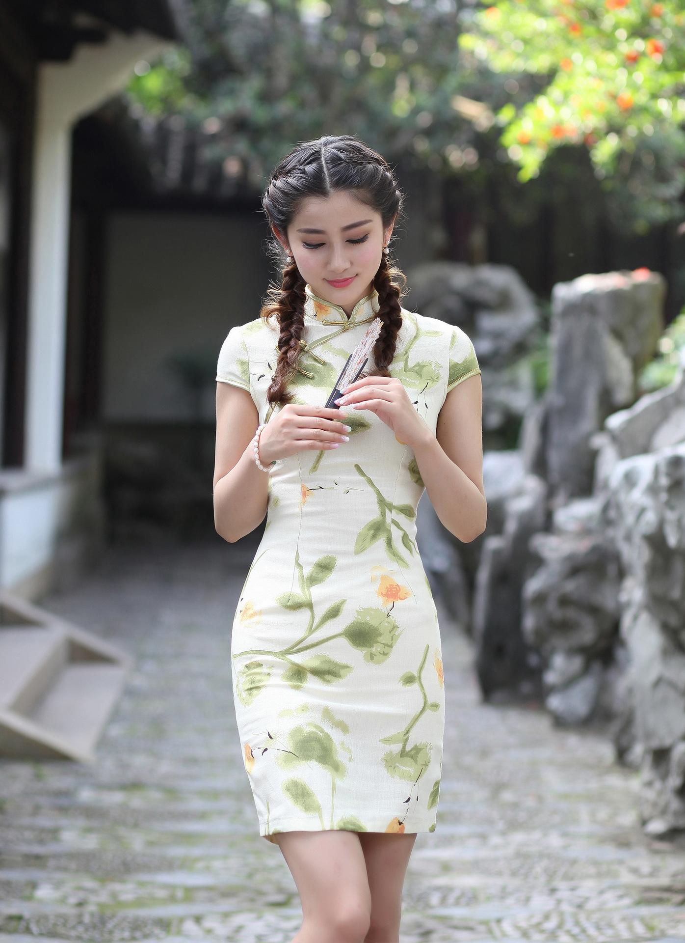 Čínské šaty cheongsam se zelenými listy a žluté květy 98724c8211