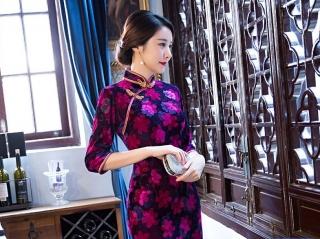9af99df38a24 Čínské šaty cheongsam s černým a fialovým sametem